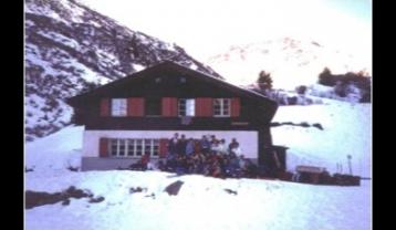 CH-GR-SE1-Haus_mit_Gruppe-1.jpg
